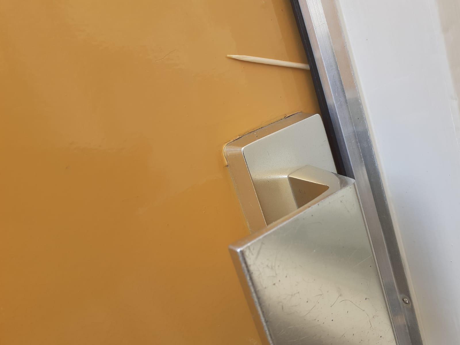 tandenstoker tussen voordeuren